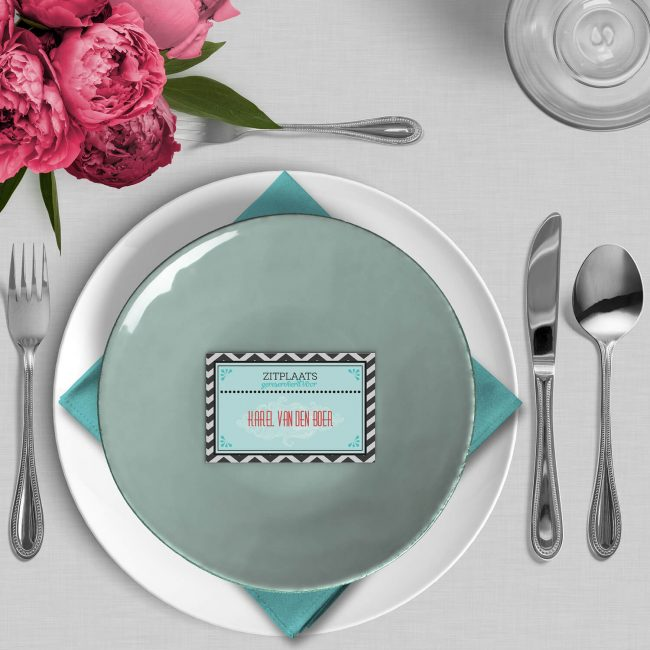 Naamkaart Ballontocht pakt dezelfde elementen als de trouwkaart en maakt er een leuk naamkaartje van voor bij het trouwdiner.