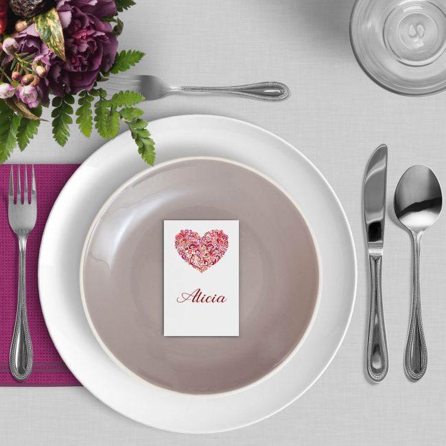 Naamkaart Hart gebruikt het sierlijk vormgegeven hart van de trouwkaart als centrale illustratie op het plaatskaartje.