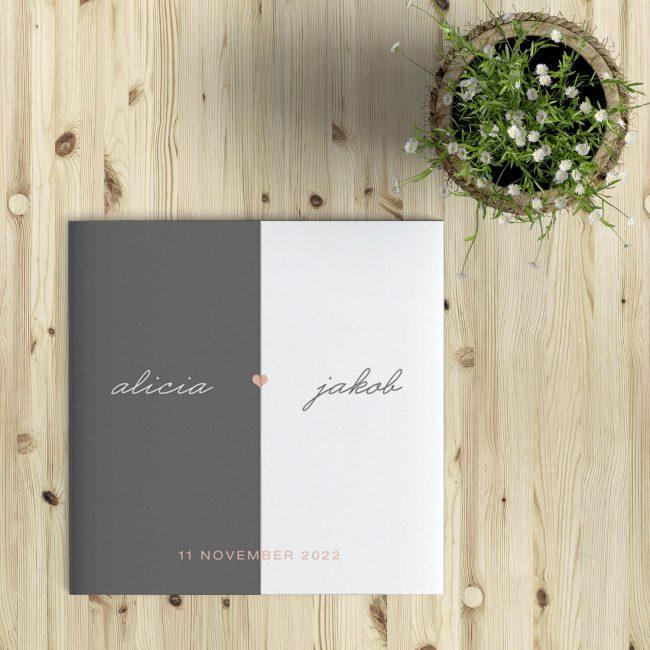 Minimalistische Trouwkaart met Hart gebruikt een exclusieve drieluiksvouw, waarbij de twee flappen opengaan en binnenzijde tonen. Prachtig en luxe effect.