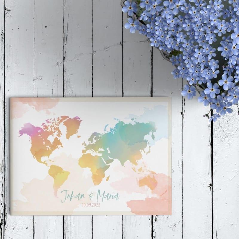 Trouwkaart Waterverf Wereld biedt een kleurrijk en vrolijk beeld. De wereldkaart geverfd in vrolijke en zachte kleuren. Jullie liefde gaat door grenzen.