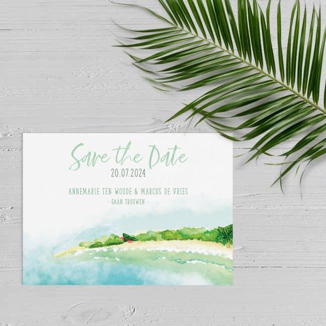 Save the date kaartje Tropisch Eiland laat een prachtige scene zien: een schitterend strand. Iets voor de huwelijksreis of trouwlocatie?