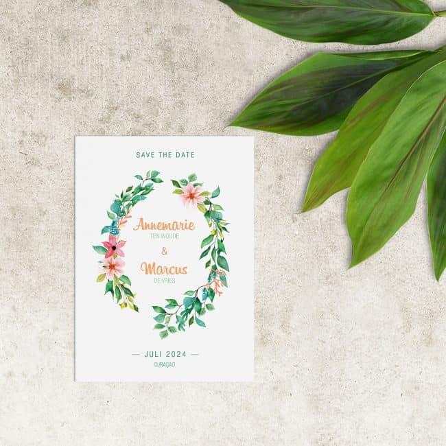 Save the date kaartje Tropisch Paradijs | Sierlijk en tropisch ontwerp, met bloemen en blaadjes in prachtige, felle kleuren.