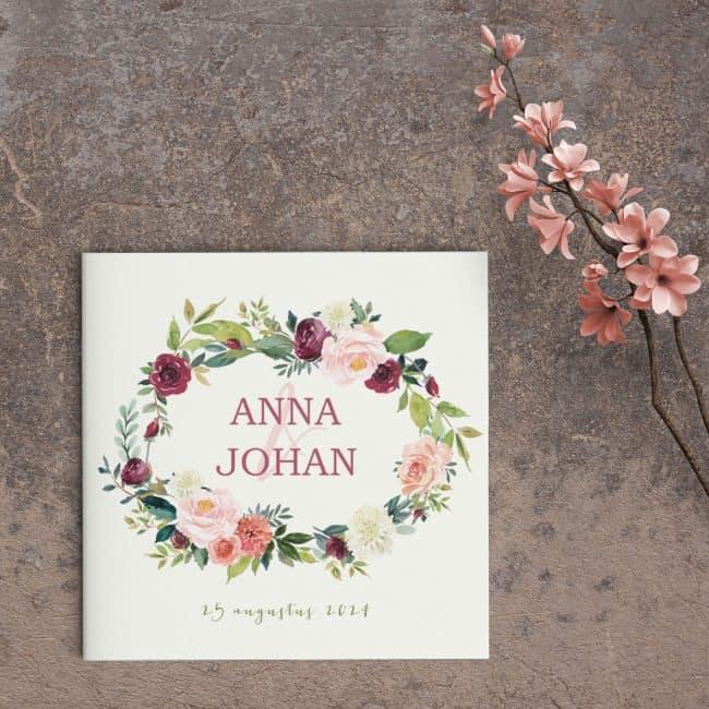 Trouwkaart Rozenkrans is een ontwerp met een klassiek thema: bloemen! De bloemen zijn op moderne wijze vormgegeven, mooie kleuren en details.
