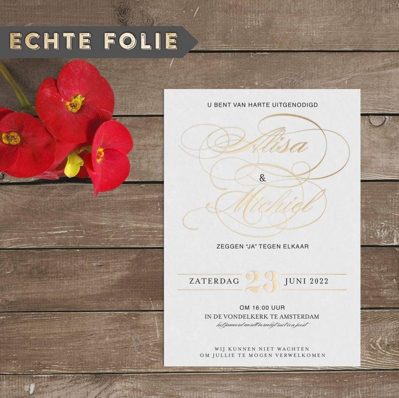 Klassieke Trouwkaart met Goudfolie presenteert jullie namen met een prachtig, sierlijk lettertype, vol krullen. De foliedruk geeft een extra dimensie.