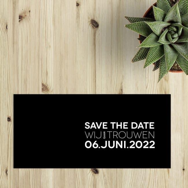 Save the date kaart Abstract heeft een minimalistische stijl, waarbij een trouwlogo ontstaat door tekst als rechthoek neer te zetten. Kies zelf accentkleur. Voorbeeldkaart gebruikt zwart en wit.