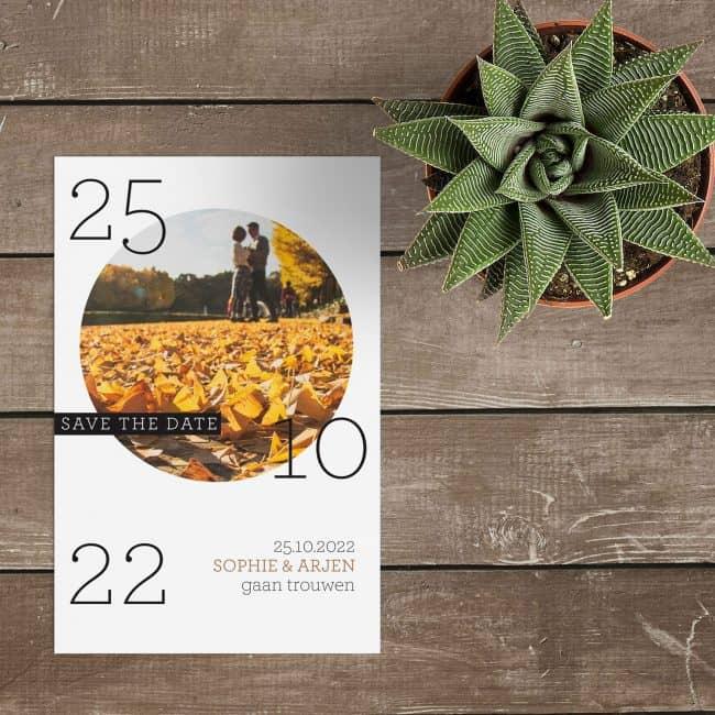 Save the date kaart Cirkel is een spel van elementen, de ronde foto, de trouwdatum die verdeeld staat en een leuke tag met