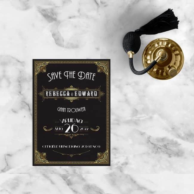 Save the date kaart Great Gatsby is vormgegeven door versieringen te gebruiken met goud-effect, en mooie lettertypes.