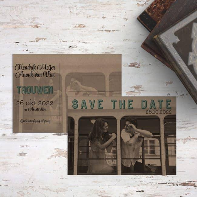 Heel hip en retro concept, save the date kaart Hipster Foto drukt een foto van jullie twee af op kraftpapier, met in een prachtig lettertype de woorden save the date.