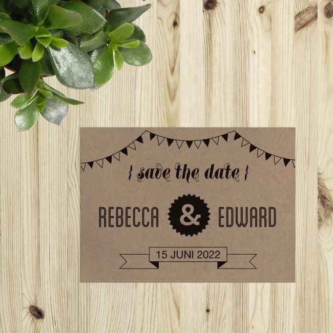 Save the date kaart Hipster Retro gebruikt de typische fonts en illustraties van de trouwkaart en wordt ook standaard gedrukt op kraftpapier. Afbeelding toont voorkant van trouwkaartje.