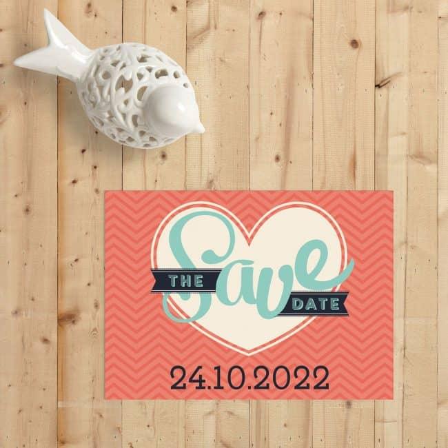 Save the date kaart Love geeft speelse draai aan de woorden save the date, door ze op een speelse en mooie manier neer te zetten.