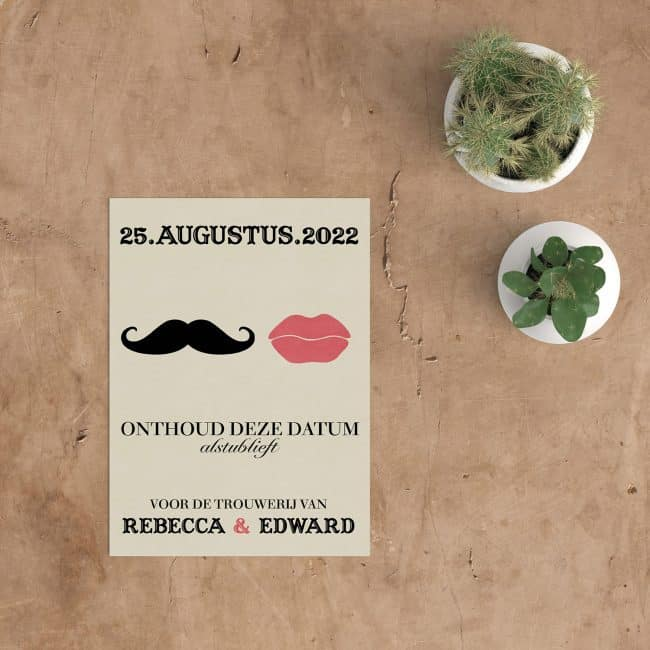 Een snor naast een stel lippen, save the date kaart Snor & Lippen biedt een combinatie van een minimalistische stijl en een (bijna) retro vibe.