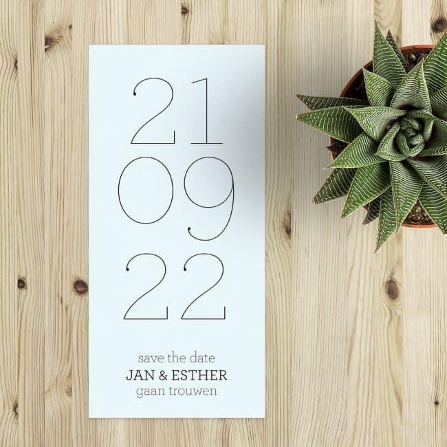 Save the date kaart Trouwdatum is een zeer strak en ook minimalistisch ontwerp, met ook een leuke speelsheid in de krullen aan het uiteinden van de letters. Langwerpige save the date kaartjes.