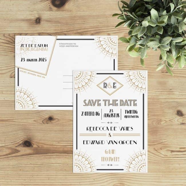 Save the date kaart Roaring Twenties combineert een aantal elementen zoals leuke versieringen, mooie lettertypes en een interessante tekstplaatsing. Save the date kaarten met art deco en great gatsby invloeden.
