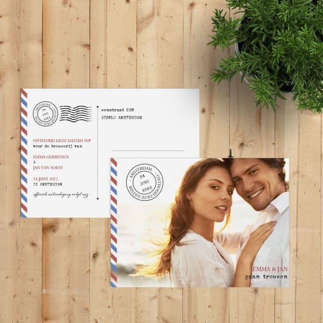 Save the date kaart Luchtpost geeft een moderne draai aan het airmail concept, met van die typische rood-blauwe streepjes.