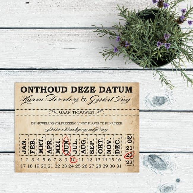 Save the date kaart Ticket gebruikt fonts in verschillende stijlen en superleuke kalender waar je de datum met een handgetekend cirkeltje kunt aangeven. Voorkant van save the date kaarten Ticket.