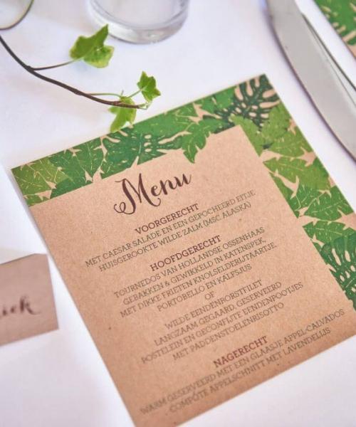 Menukaarten voor bij je bruiloftsdiner, zodat alles een geheel vormt qua trouwstijl.